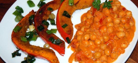 Kürbis mit Kichererbsen-Curry-Tomaten